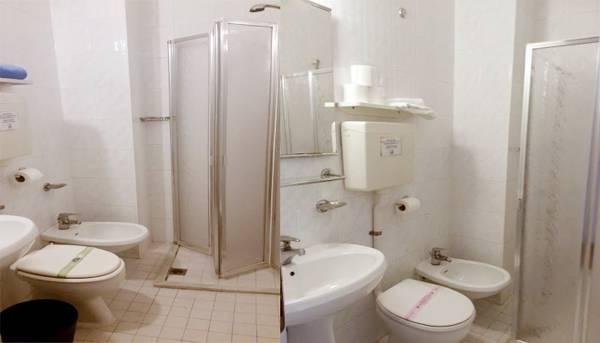 economy-rooms-bathroom